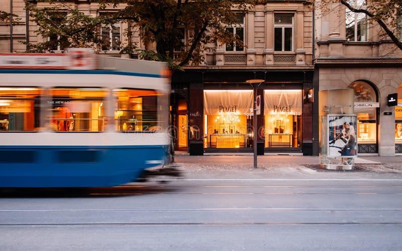 Öffentliche Transportmittel der Straßentrambewegung und Uhrgeschäft im Zürich-Stadtzentrum lizenzfreies stockbild
