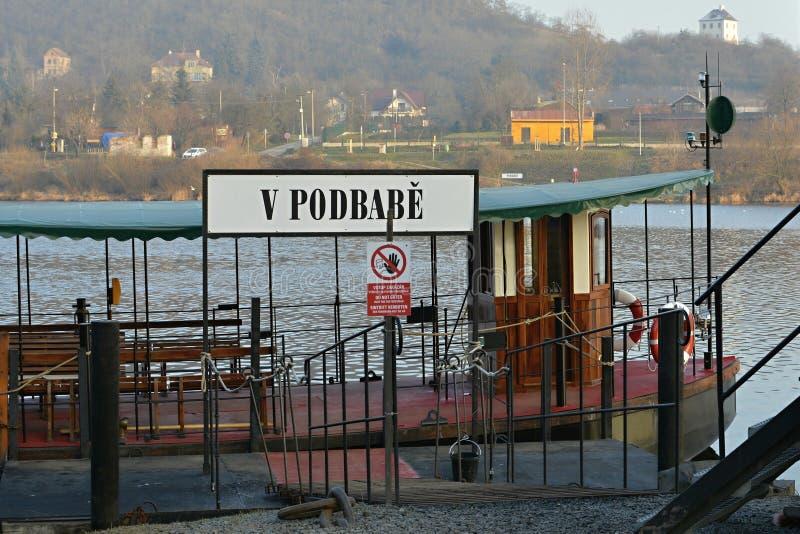 Öffentliche Transportmittel Prags - Boot/Fähre auf die Moldau-Fluss, Tschechische Republik, Europa stockbild