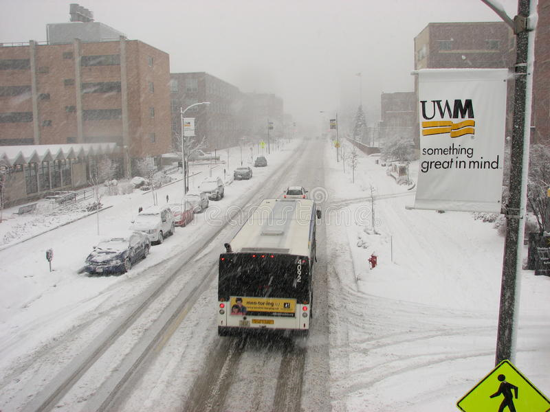 Öffentliche Transportmittel in starkes Schneefälle Sturm an UWM lizenzfreies stockbild