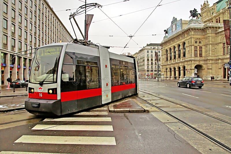 Öffentlicher Transport mit Tram nahe Wiener Staatsoper, Österreich lizenzfreie stockfotos