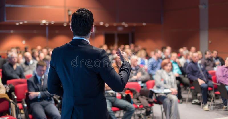 Öffentlichkeitssprecher, der Gespräch am Geschäfts-Ereignis gibt stockfotografie