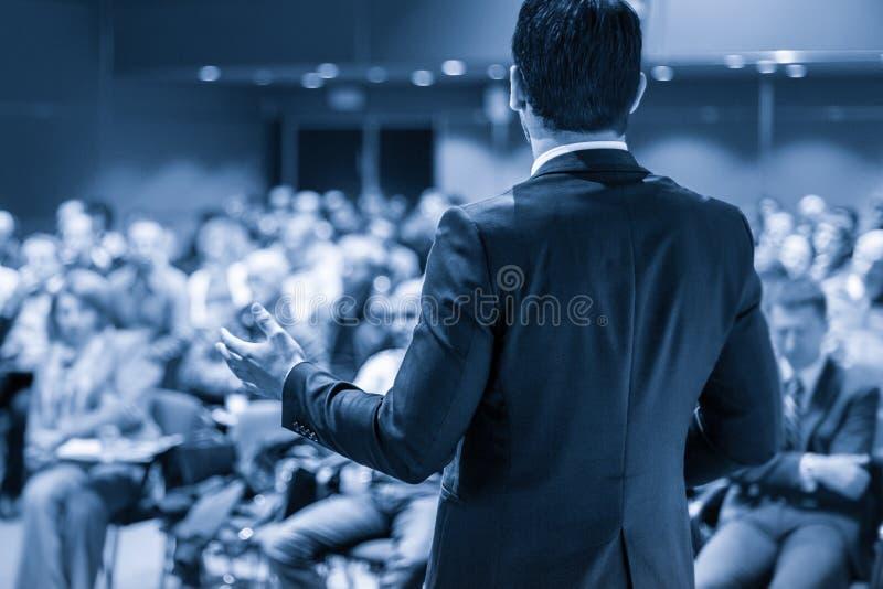 Öffentlichkeitssprecher, der Gespräch am Geschäfts-Ereignis gibt stockbild