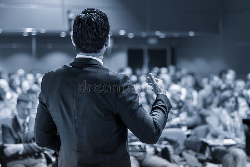 Öffentlichkeitssprecher, der Gespräch am Geschäfts-Ereignis gibt lizenzfreie stockbilder