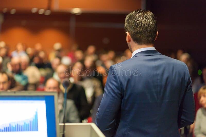 Öffentlichkeitssprecher, der Gespräch am Geschäfts-Ereignis gibt lizenzfreies stockbild