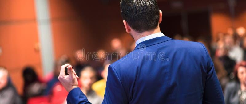 Öffentlichkeitssprecher, der Gespräch am Geschäfts-Ereignis gibt stockbilder