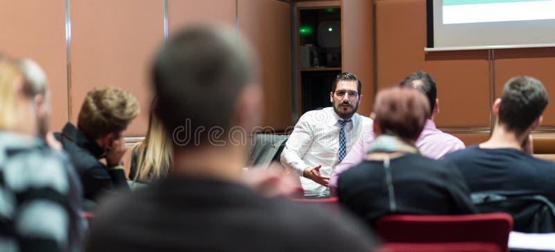 Öffentlichkeitssprecher Giving Skiled ein Gespräch beim Geschäftstreffen lizenzfreie stockbilder