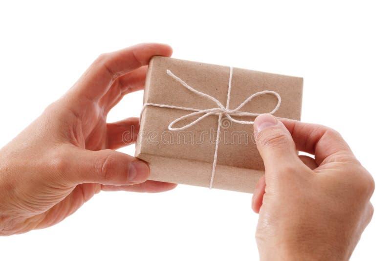 Öffnen eines Geschenkkastens stockfoto