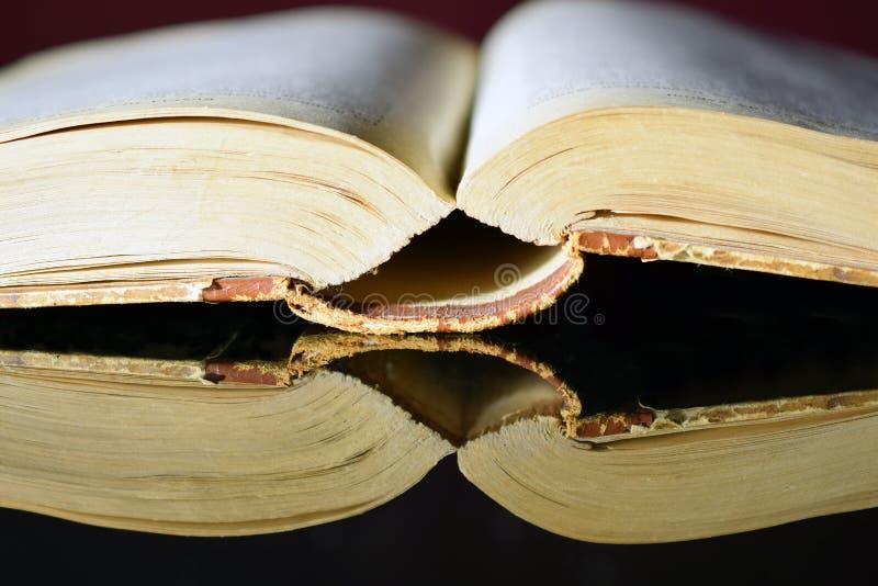 Öffnen Sie altes starkes Buch stockfotos