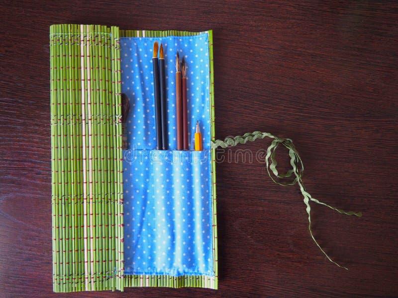 Öffnen Sie Bambusfall mit Pinseln für den Künstler lizenzfreie stockbilder