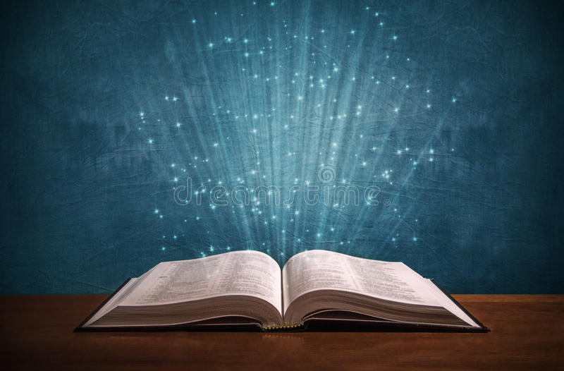 Öffnen Sie Bibel auf einem Schreibtisch stockfotografie