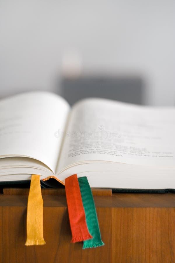 Öffnen Sie Bibel auf Konsole lizenzfreies stockbild