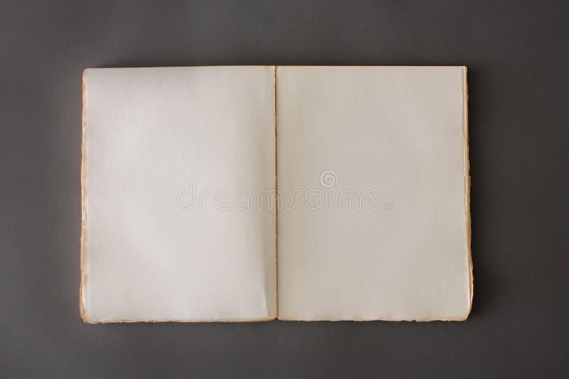 Öffnen Sie Buch auf grauem Hintergrund stockfoto