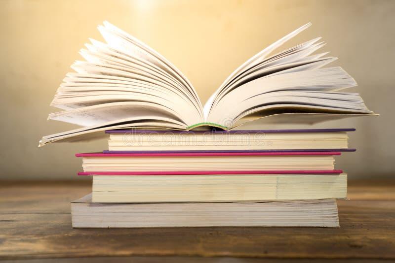 Öffnen Sie Buch auf hölzerner Tabelle stockfotos