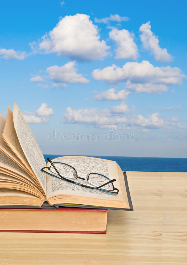 Öffnen Sie Buch auf Schreibtisch und Meer lizenzfreies stockbild