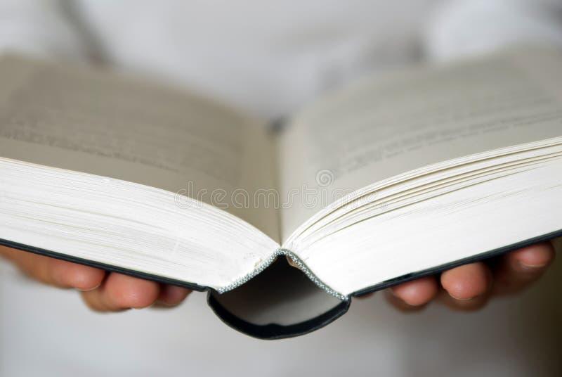 Öffnen Sie Buch in den Händen stockbild