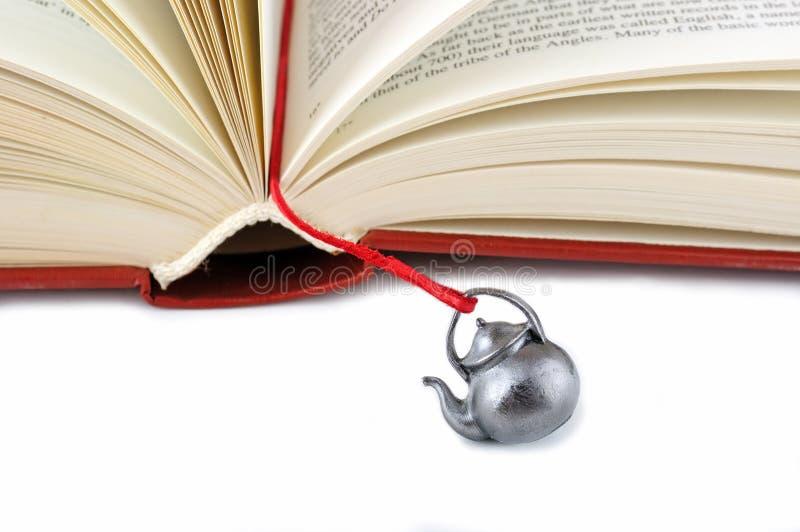 Öffnen Sie Buch mit einem handgemachten Bookmark lizenzfreie stockbilder