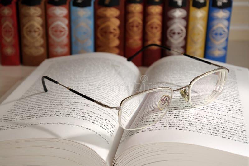 Öffnen Sie Buch mit Gläsern stockfotos