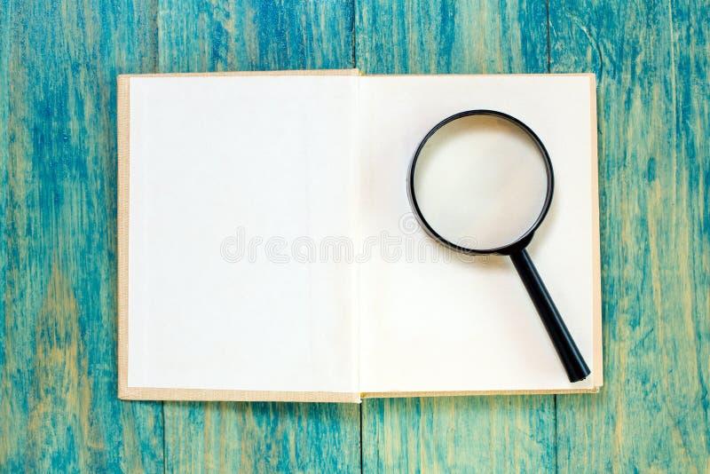 Öffnen Sie Buch und Vergrößerungsglas lizenzfreies stockbild