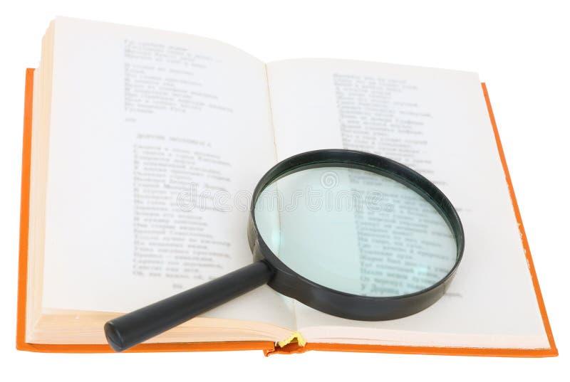 Öffnen Sie Buch und Vergrößerungsglas auf einem weißen Hintergrund stockfotos