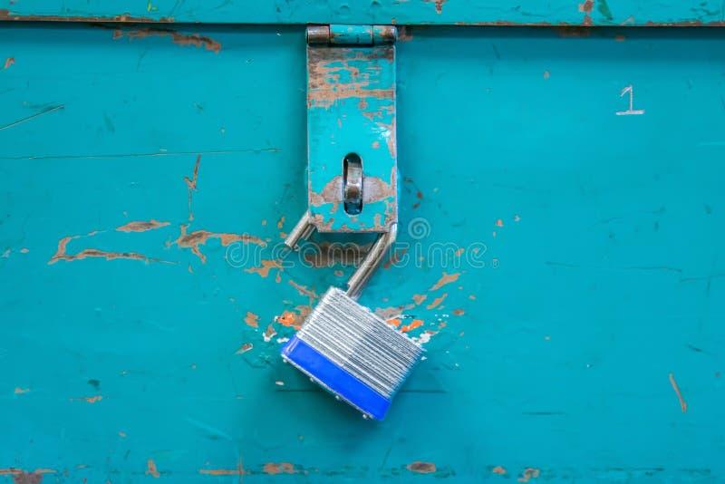 öffnen Sie das Vorhängeschloß, das vom Knickentenwerkzeugkasten hängt lizenzfreies stockfoto