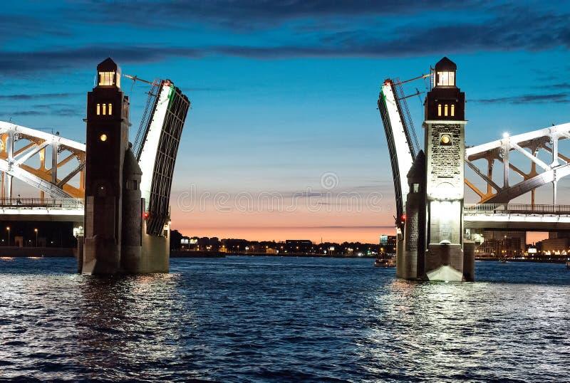 Öffnen Sie die anhebende Brücke, St Petersburg lizenzfreie stockbilder