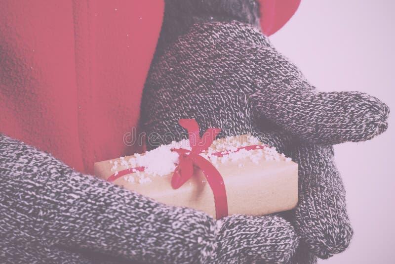 Öffnen Sie die Hände, die ein Geschenk eingewickelt mit einer roten Band Weinlese R halten lizenzfreie stockfotos