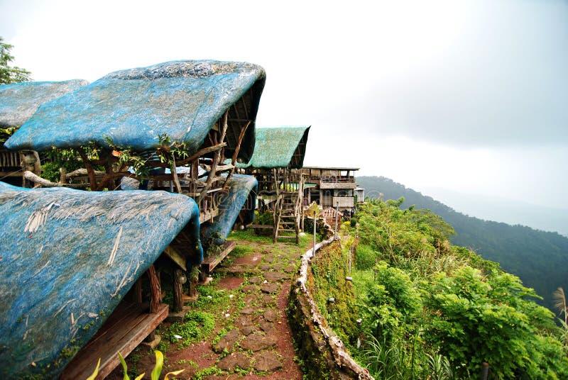 Öffnen Sie die Hütten, die eine Klippe übersehen lizenzfreie stockfotos