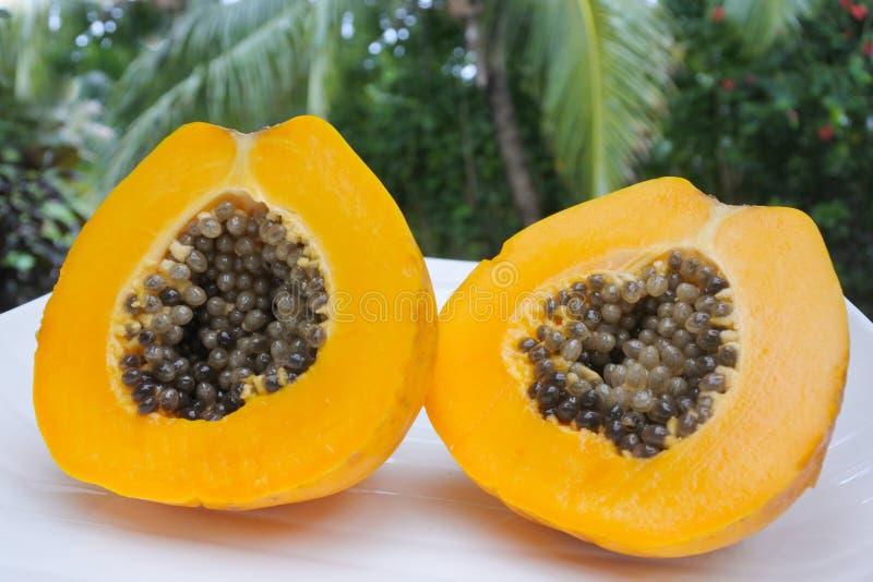 Öffnen Sie die Papayafrucht, die auf einer Platte gedient wird stockbilder