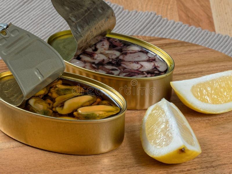 Öffnen Sie Dosen konservierte Meeresfrüchte stockfoto