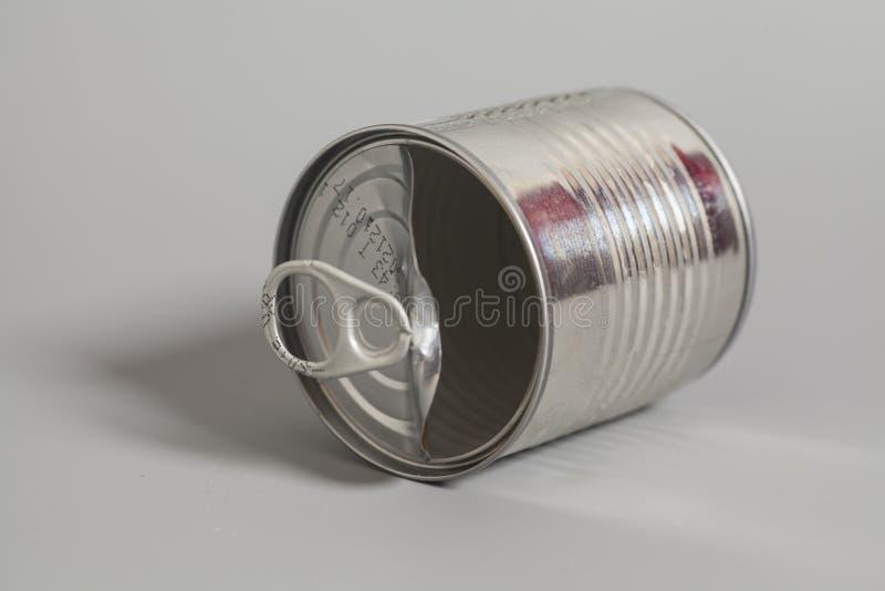 Öffnen Sie eine leere Blechdose auf Grau stockbild