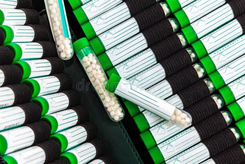 Öffnen Sie Erste-Hilfe-Ausrüstung mit homöopathischer Vorbereitung lizenzfreies stockfoto