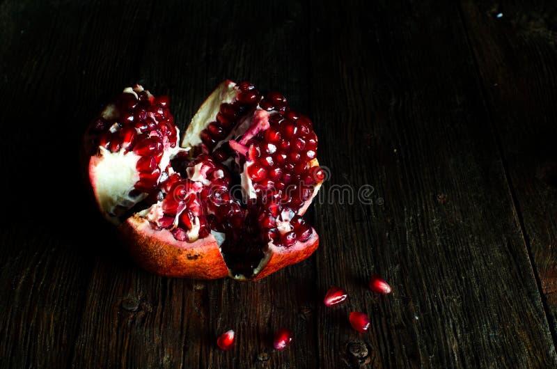 Öffnen Sie frische reife Granatäpfel auf hölzernem Hintergrund stockfotos