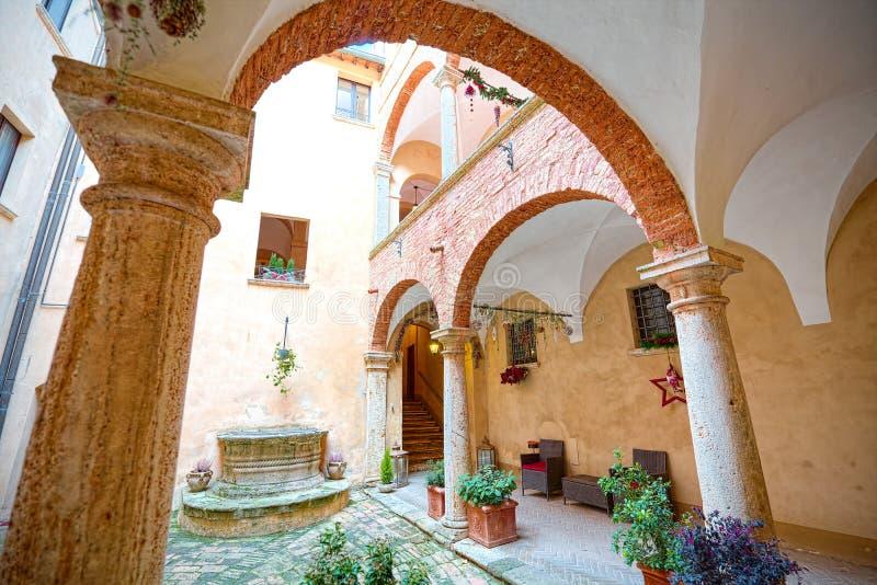 Öffnen Sie Galerie der historischen Gebäude von Montepulciano, Siena lizenzfreies stockbild