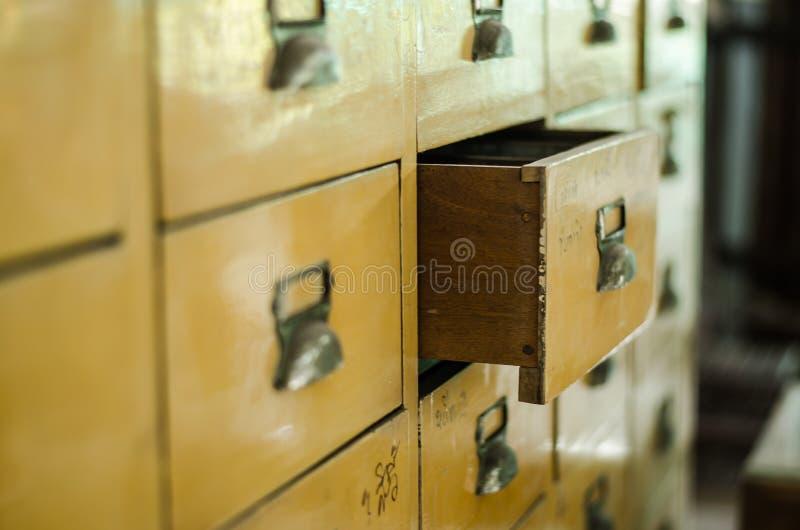 Öffnen Sie gelbes Fach der Weinlese lizenzfreie stockbilder