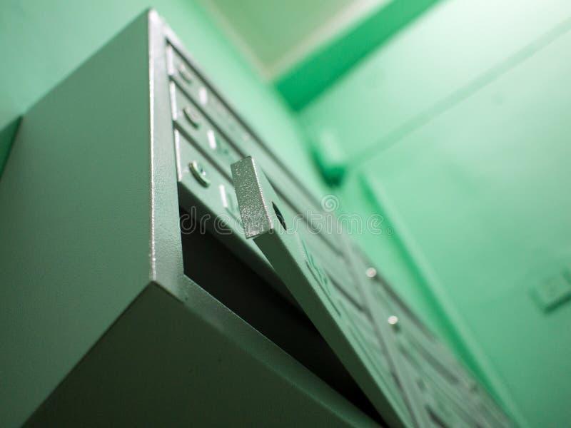 Öffnen Sie grauen Briefkasten ohne Verschluss stockfotos
