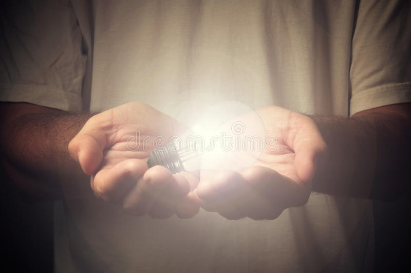 Öffnen Sie Hände mit Glühlampe stockfotos