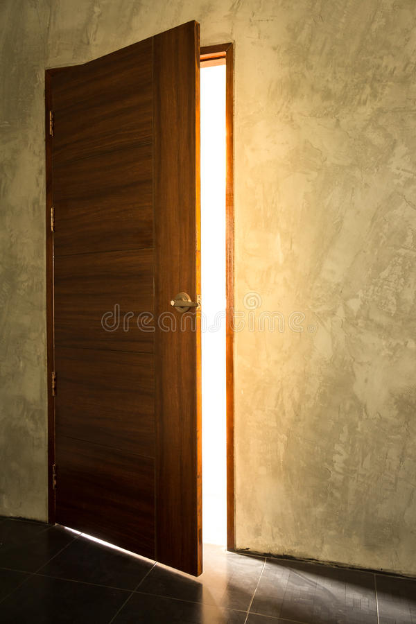 Öffnen Sie helle Tür stockbild
