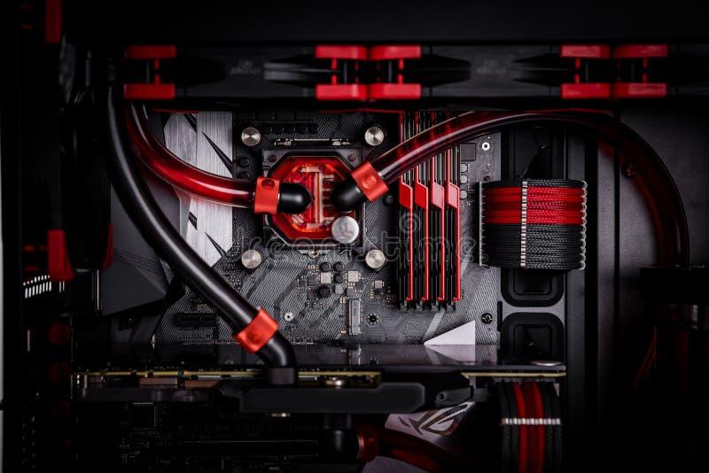 Öffnen Sie Ihren Computer mit einem Wasserkühlungssystem, ein Prozessor, eine Grafikkarte, ein Motherboardventilator stockbilder