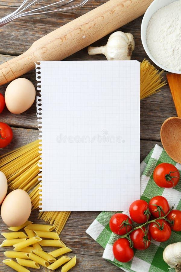 Öffnen Sie leeres Rezeptbuch auf grauem hölzernem Hintergrund lizenzfreies stockfoto