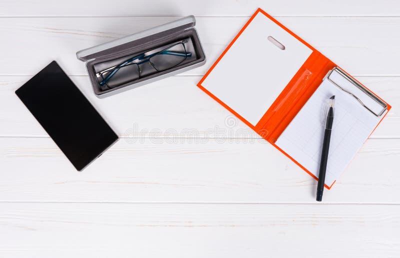 Öffnen Sie Leerseite des persönlichen Organisators mit einem Stift, Gläser im ope stockfoto