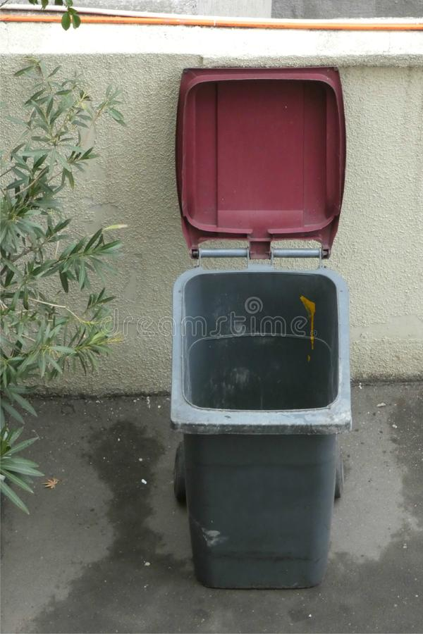 Öffnen Sie Müllcontainer stockfotografie