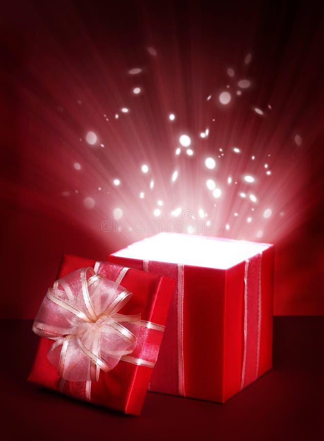 Öffnen Sie magischen Geschenkkasten stockfotografie