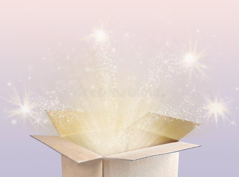 Öffnen Sie magischen Geschenkkasten stockfoto