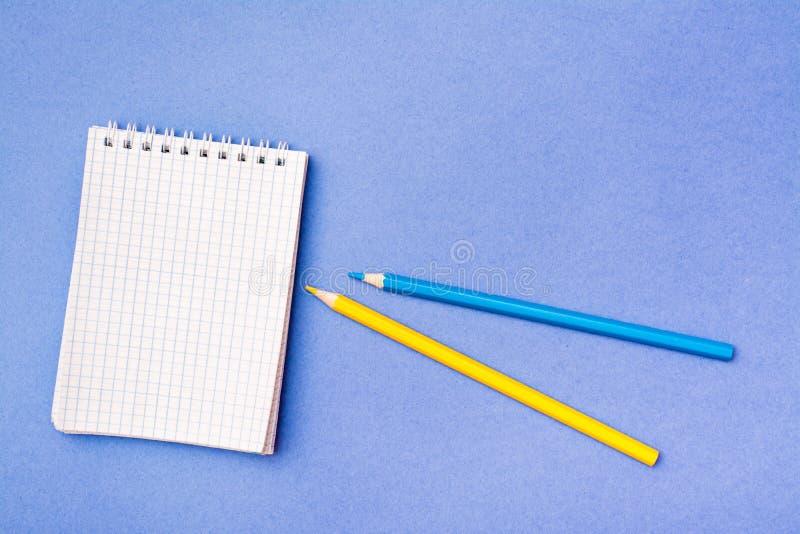 Öffnen Sie Notizblock in einem Käfig auf einer Spirale, färben Sie sich gelb und zensiert stockfotos