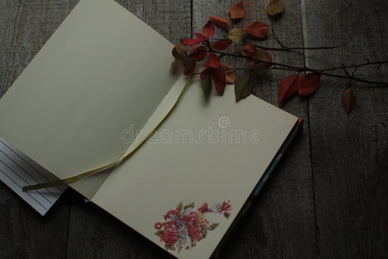 Öffnen Sie Notizblock mit kulinarischen Aufkleberresten des Herbstes auf einem hölzernen stockfotografie