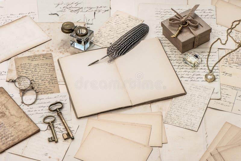 Öffnen Sie Notizbuch, alte Briefe und Zubehör stockfotos