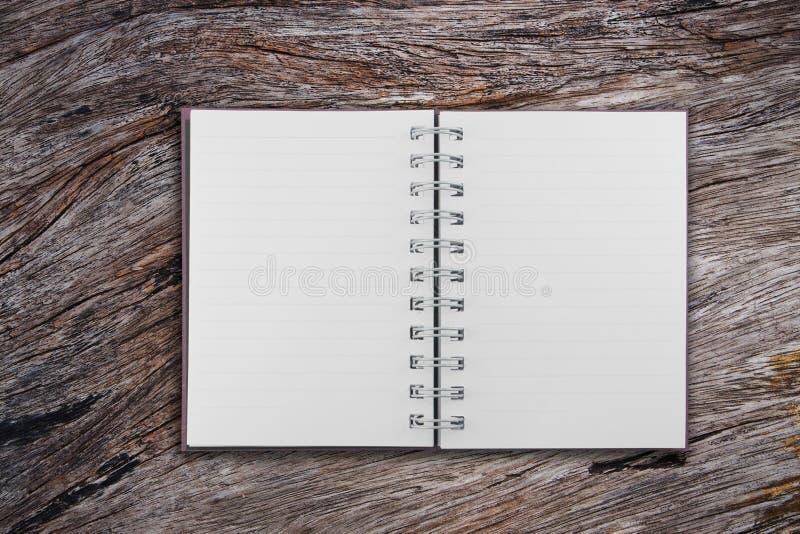 Öffnen Sie Notizbuch auf altem Teakholzholz lizenzfreie stockbilder