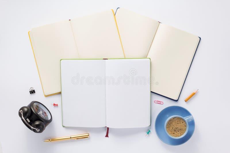 Öffnen Sie Notizbuch auf weißem Hintergrund lizenzfreies stockfoto