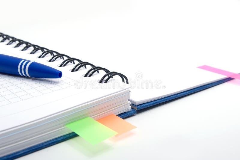 Öffnen Sie Notizbuch mit blauer Feder und färben Sie Bookmarks lizenzfreie stockbilder