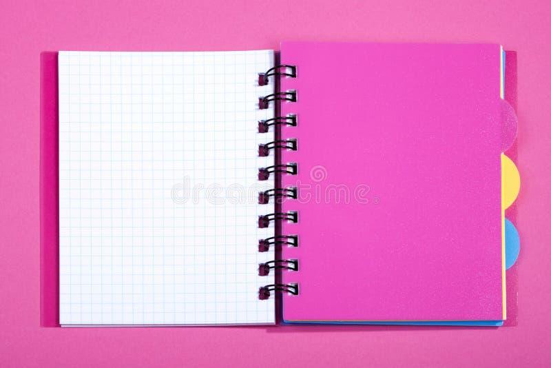 Öffnen Sie Notizbuch mit rosa Bookmark stockfotografie